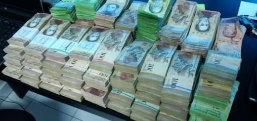 Esta montaña de dinero son tan solo 1000 euros en bolívares