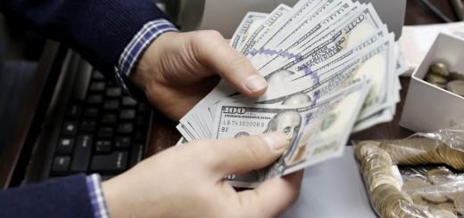 SDT23 ESTAMBUL (TURQUÍA) 02/01/2014.- Un hombre cuenta billetes en una oficina de cambio de divisas en Estambul (Turquía), hoy, jueves 2 de enero de 2014. La lira turca experimentó una fuerte caída después de las protestas antigubernamentales sucedidas en la Plaza Taksim de Estambul por la incertidumbre por los recientes escándalos de corrupción en el país. EFE/Sedat Suna