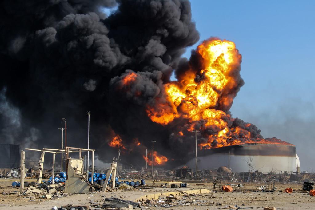 CAR01. PUNTO FIJO (VENEZUELA), 26/08/2012.- Vista de hoy, domingo 26 de agosto de 2012, de parte de la refinería de Amuay todavía en llamas. El Gobierno de Venezuela informó en la noche del pasado sábado de que ya han sido contabilizadas 39 víctimas mortales por una explosión registrada en esta refinería del noroeste del país, una de las tres que forman el Centro Refinador de Paraguaná (CRP), el mayor del país suramericano y uno de los más grandes del mundo. EFE/Yunior Lugo