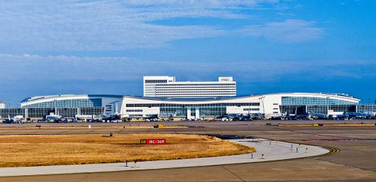 03 de Agosto de 1985. En el aeropuerto de Dallas (Estados Unidos) se estrella un avión; mueren 130 personas de las 160 que llevaba a bordo.