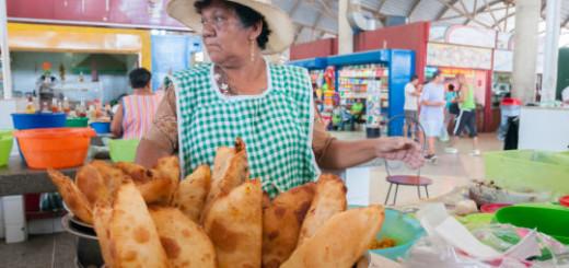 """¿Cómo hace el venezolano con los productos que no pueden sustituirse? Una empanadera comenta que cada vez más son menos las personas que van a desayunar sus deliciosas empanadas, está pensando en dejar el negocio para meterse de lleno al """"bachaqueo"""" porque dan unos margenes más lucrativos de ganancias, dice que sus 4 hijas están metidas en el negocio del """"bachaqueo"""" y les va muy bien."""