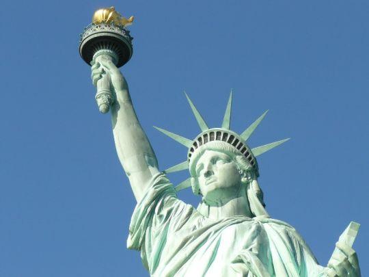 03 de Agosto de 2004. En Nueva York (Estados Unidos) se reabre el pedestal de la Estatua de la Libertad luego de permanecer cerrado desde los atentados del 11 de septiembre de 2001.