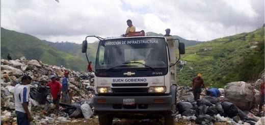 Hay montañas de desechos sólidos en la vía de acceso al vertedero. El aseo urbano se retrasó en la recolección de desperdicios.