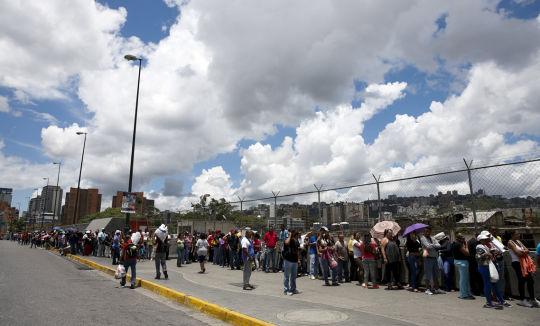 En la capital venezolana la cola que más destacó en las redes sociales fue la del Bicentenario de Plaza Venezuela