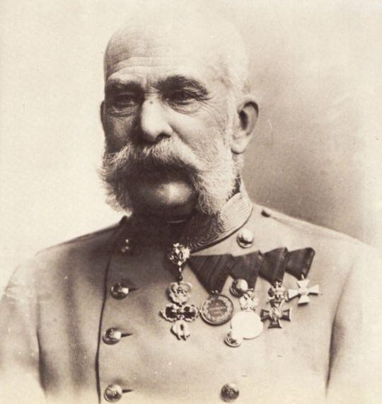 03 de Agosto de 1903. El emperador austro-húngaro, Francisco José I, veta la elección del papa.