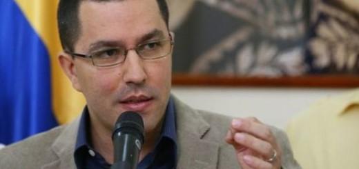 """Ayer, el mismo Arreaza aseguró que gracias al cierre de la frontera en el estado Táchira """"apareció el champú y apareció el jabón, está apareciendo la leche en polvo, los productos básicos, el pollo""""."""