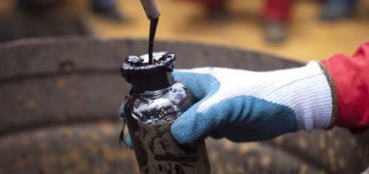 El barril de crudo cae y se encamina a sexta semana a la baja por sobreabastecimiento