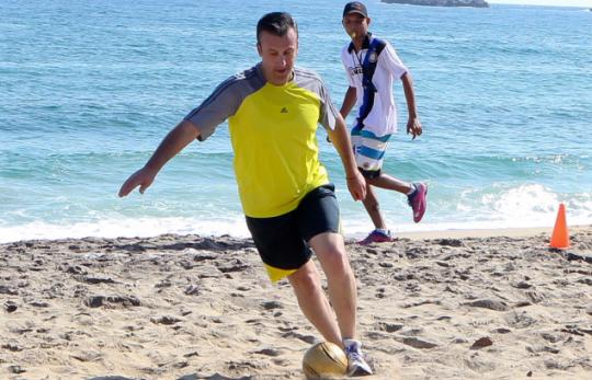 El gobernador del estado Aragua ha sido retratado en otras oportunidades con ropa de la marca alemana, meses atras fue fotografiado jugando fútbol en la playa con franela, short y zapatos Adidas.
