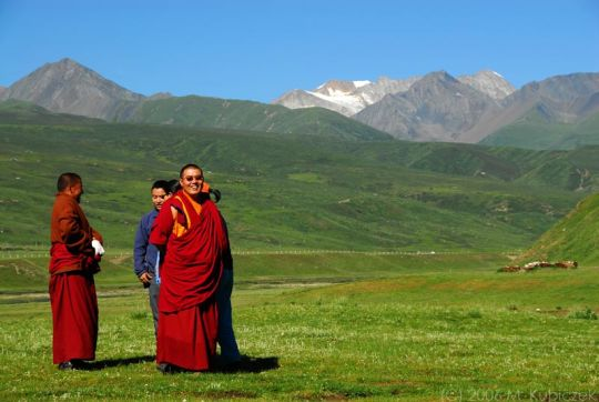 03 de Agosto de 1906. En Pekín, Inglaterra y China suscriben un tratado por el que ambos países se comprometen a respetar la independencia del Tíbet, los monjes tibetanos están felices.