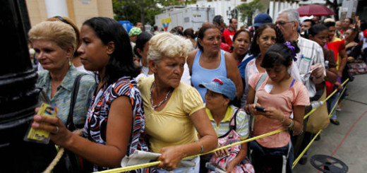 Venezuelans line up to register their families in a national-wide register for people who do not own their own house, in Caracas May 7, 2011. Venezuela's President Hugo Chavez asked Venezuela's central bank last month to lower by at least two percent the reserve amount other banks must deposit with the institution so they can help fund more home-building. REUTERS/Jorge Silva (VENEZUELA - Tags: POLITICS)