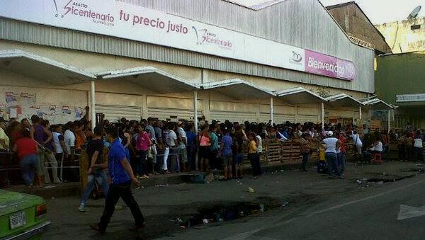 Golpes y empujones protagonizaron mega cola en Bicentenario | Imagen referencial
