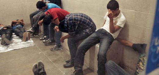 Los migrantes, detenidos por cruzar la frontera de manera ilegal, en la estación de la Patrulla Fronteriza McAllen en la ciudad de McAllen, Texas, Estados Unidos