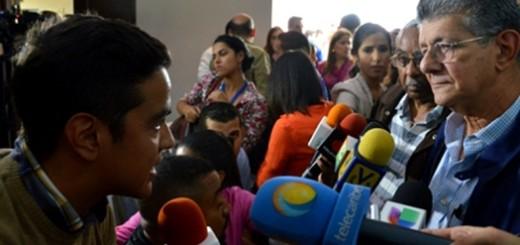 Ramos Allup y periodista de VTV / Foto: Archivo