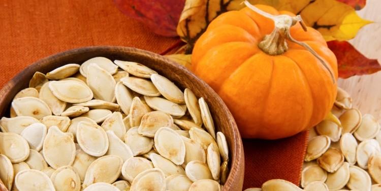 La razón es que estas semillas contienen abundante zinc, el cual es indispensable para el funcionamiento de la próstata y la salud masculina.