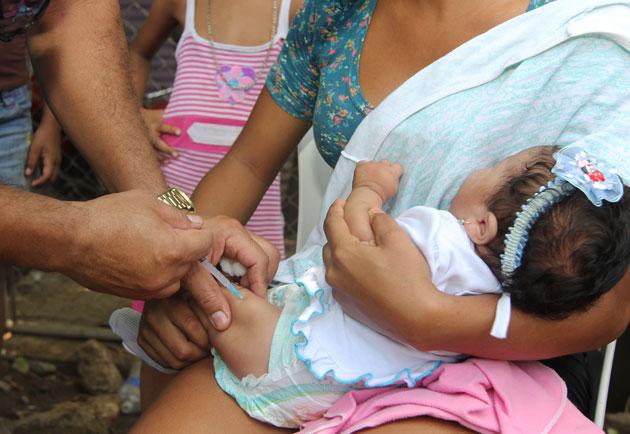 Ocho sueldos mínimos cuesta vacunar a un niño en Venezuela | Foto: Archivo