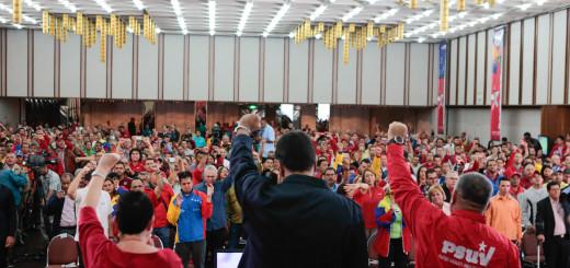 Presidente junto a miembros del PSUV
