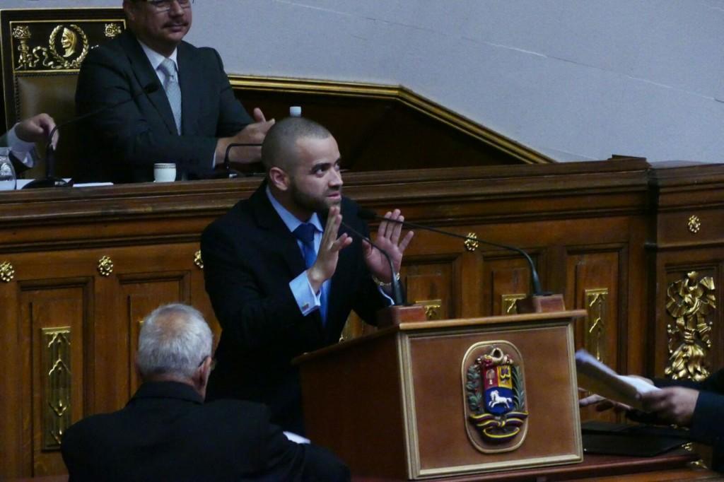 Nacho leyendo su discurso en la AN