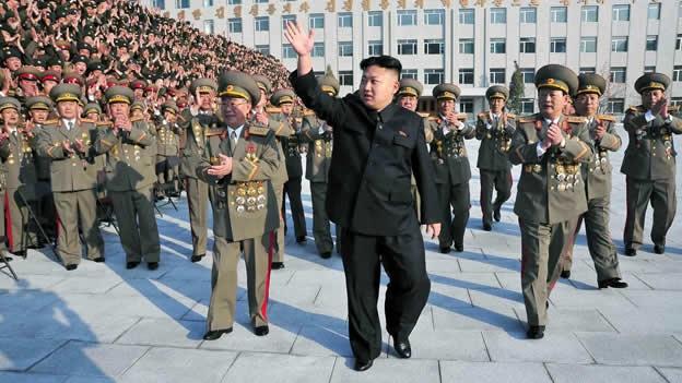 Presidente de Corea del Norte, junto a su cuerpo militar