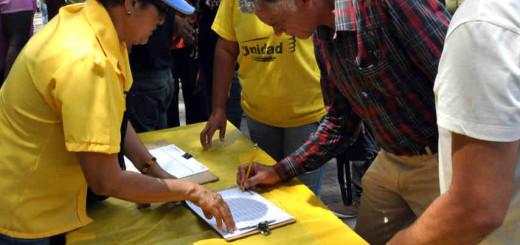 Primero Justicia durante la recolección de firmas para el revocatorio| Imagen de referencia