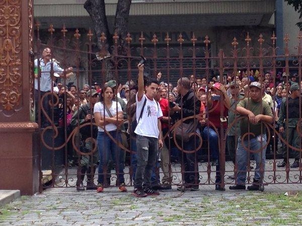Chavistas en las afueras de la AN