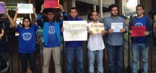 Estudiantes en protesta frente al CNE | Foto: Twitter
