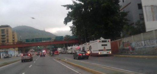 Presencia de vehículos antimotines en Caracas | Foto: Twitter