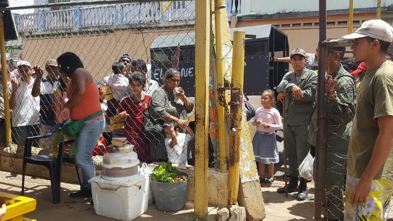 Efectivos de la Guardia Nacional custodian hasta la venta de verduras y hortalizas en San Félix.