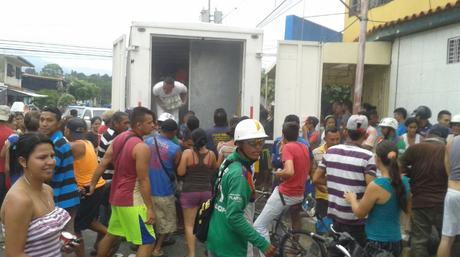 Grupo de personas mientras saquea un camión de alimentos en Mérida | Foto: @Imag3n