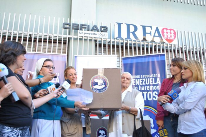 Lilian Tintori hizo un donativo de 16 cajas de insumos en Petare