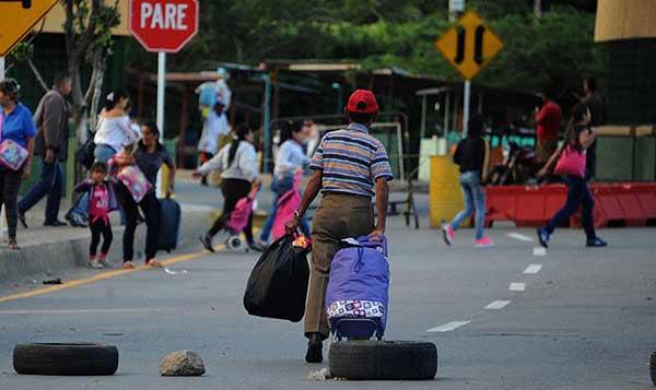 Venezolanos cruzan fronteras en busca de alimentos / Foto: EFE