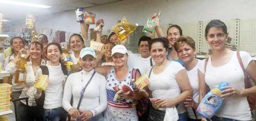 Mujeres venezolanas cruzan el puente Francisco de Paula Santander para abastecerse de productos de la canasta básica en Colombia | Foto: Twitter