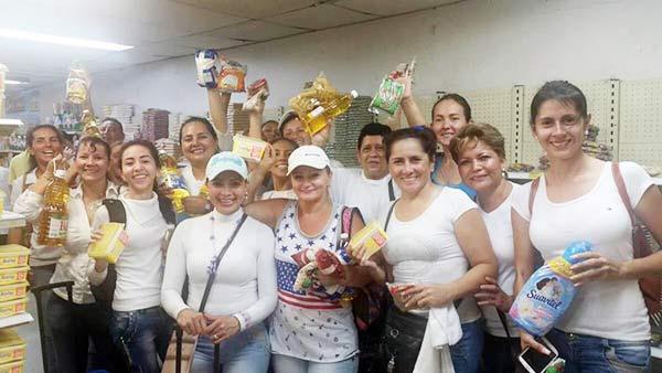 Mujeres venezolanas cruzan el puente Francisco de Paula Santander para abastecerse de productos de la canasta básica en Colombia   Foto: Twitter