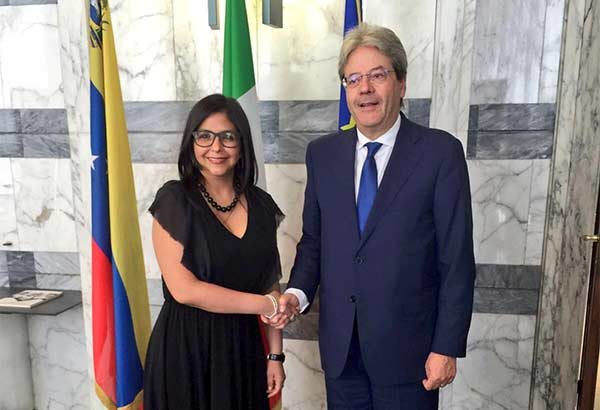 Canciller Delcy Rodríguez junto al Ministro de Asuntos Exteriores italiano, Paolo Gentiloni