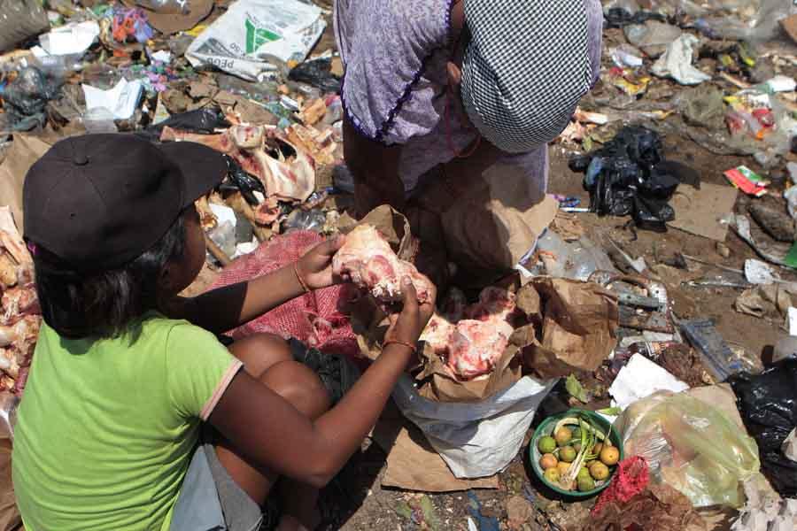 Familias Wayúu se alimentan de huesos y pellejos que sacan de la basura