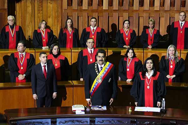 Magistrados del TSJ junto a Nicolás Maduro |Foto: El carabobeño