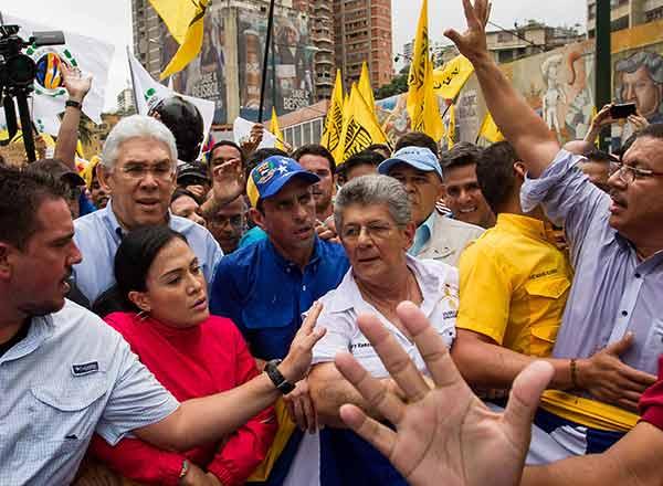 Henrique Capriles junto a Ramos Allup, macha de 2015 | Foto: EFE
