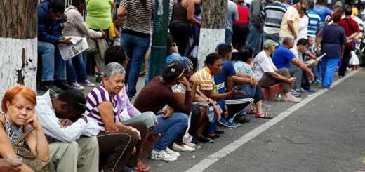 Venezolanos haciendo colas | Foto: Carlos Garcia / Reuters