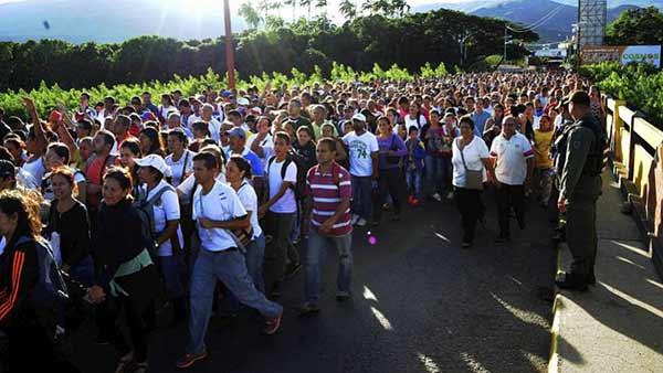 Venezolanos cruzando la frontera | Foto: EFE