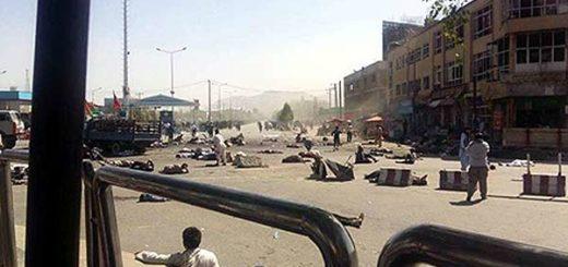 Personas en el piso luego del ataque con bomba en Kabul. Crédito: EFE