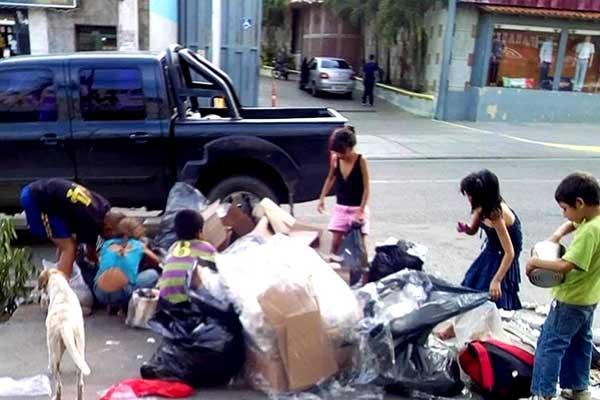 Venezuela crisis economica - Página 4 Ni%C3%B1os-buscando-comida