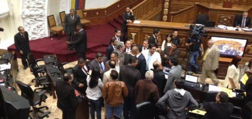 Diputados oficialistas y opositores discuten en la AN |Foto: @mcobelaVV