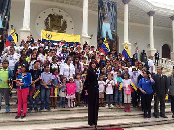 La cantante venezolana Kiara entona el Himno Nacional en el acto de celebración del Día de la Bandera | Foto: @AsambleaVE