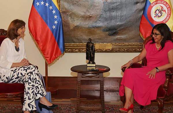 Canciller de Venezuela, Delcy Rodríguez junto a Canciller de Colombia, María A. Holguín |Foto: vencancillería