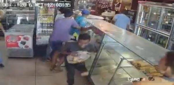 Personas saquean panadería   Foto: Captura de video