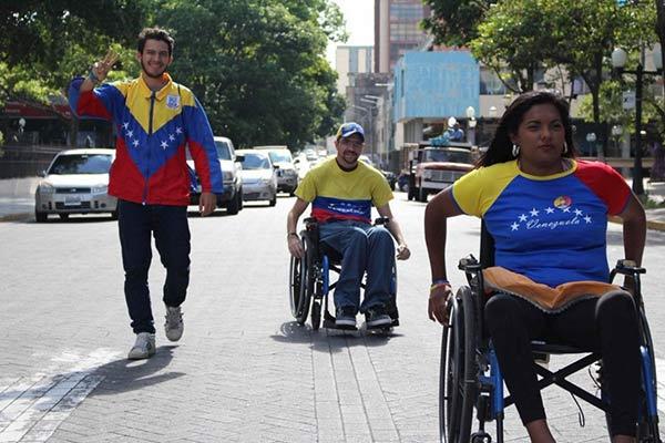 Venezolanos en silla de ruedas viajan a Caracas  Foto: @Gbastidas