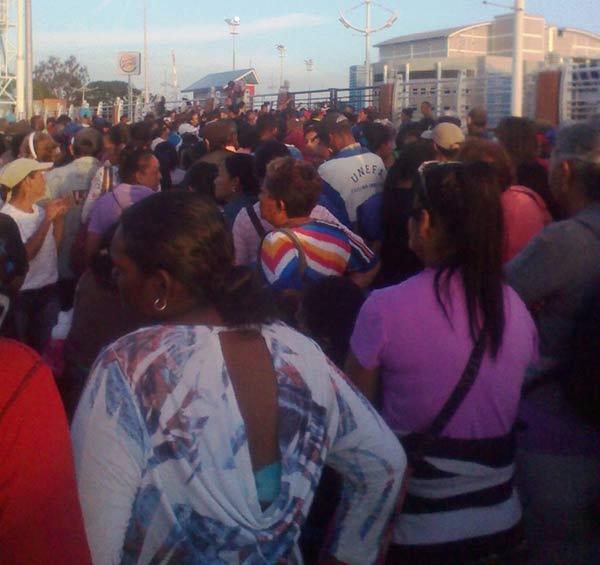 Pese a los Clap continúan las largas colas en el país |Foto: @Imag3n