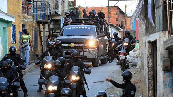 Militares y Policías encapuchados, allanan casas en barrios de Caracas