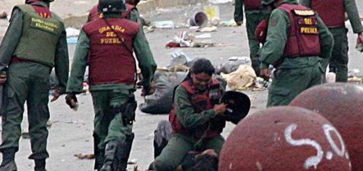 Momento en el que Marvina Jiménez es agredida por una Guardia del Pueblo | Foto: Archivo