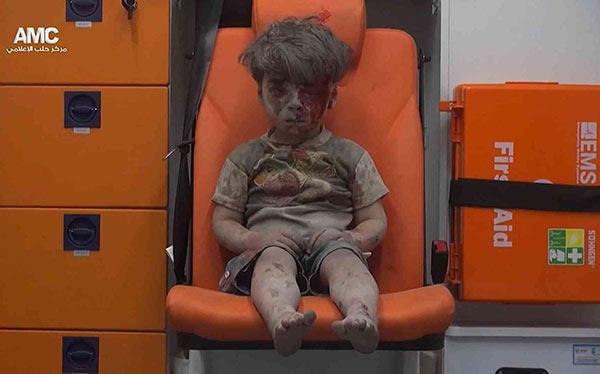 imagen: niño sirio tras ataque en Alepo
