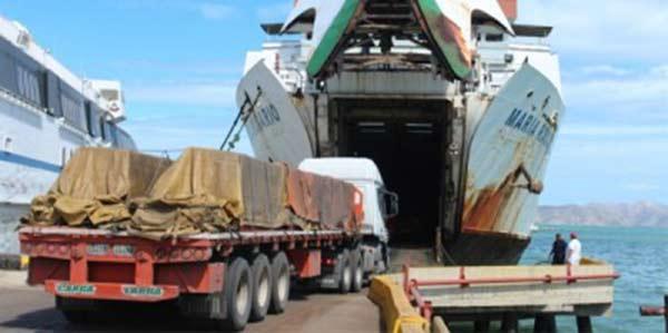 Gandoleros se bajan de la mula para poder subir al ferry | imagen de referencia